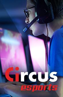 Circus e-sports - Man met headset die naar een beeldscherm kijkt