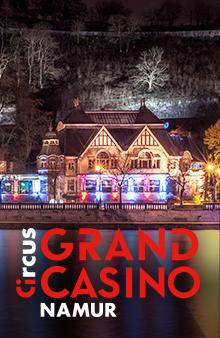 Het Circus Grand Casino de Namur 's nachts met verlichting en uitzicht op de Maas