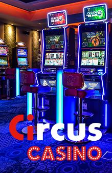 Machines à sous éclairées dans un Circus Casino