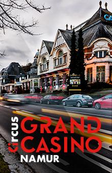 Bâtiment du Grand Casino de Namur avec les voitures qui défilent