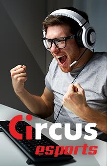 Circus e-sports - Blije man met headset die naar een beeldscherm kijkt